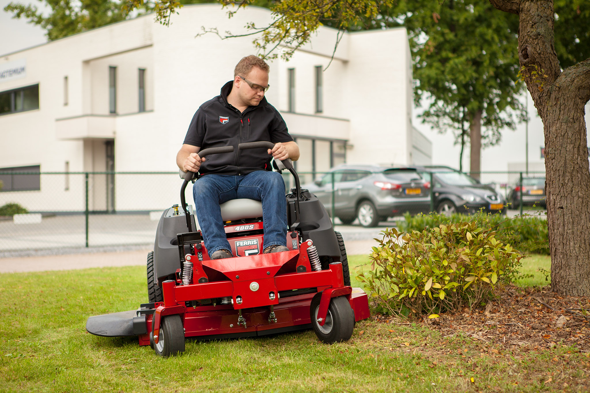 ferris zero turn mower 400s cutting grass around tree