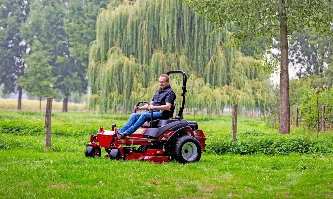 Ferris isx800z zero turn ride on mower cutting grass